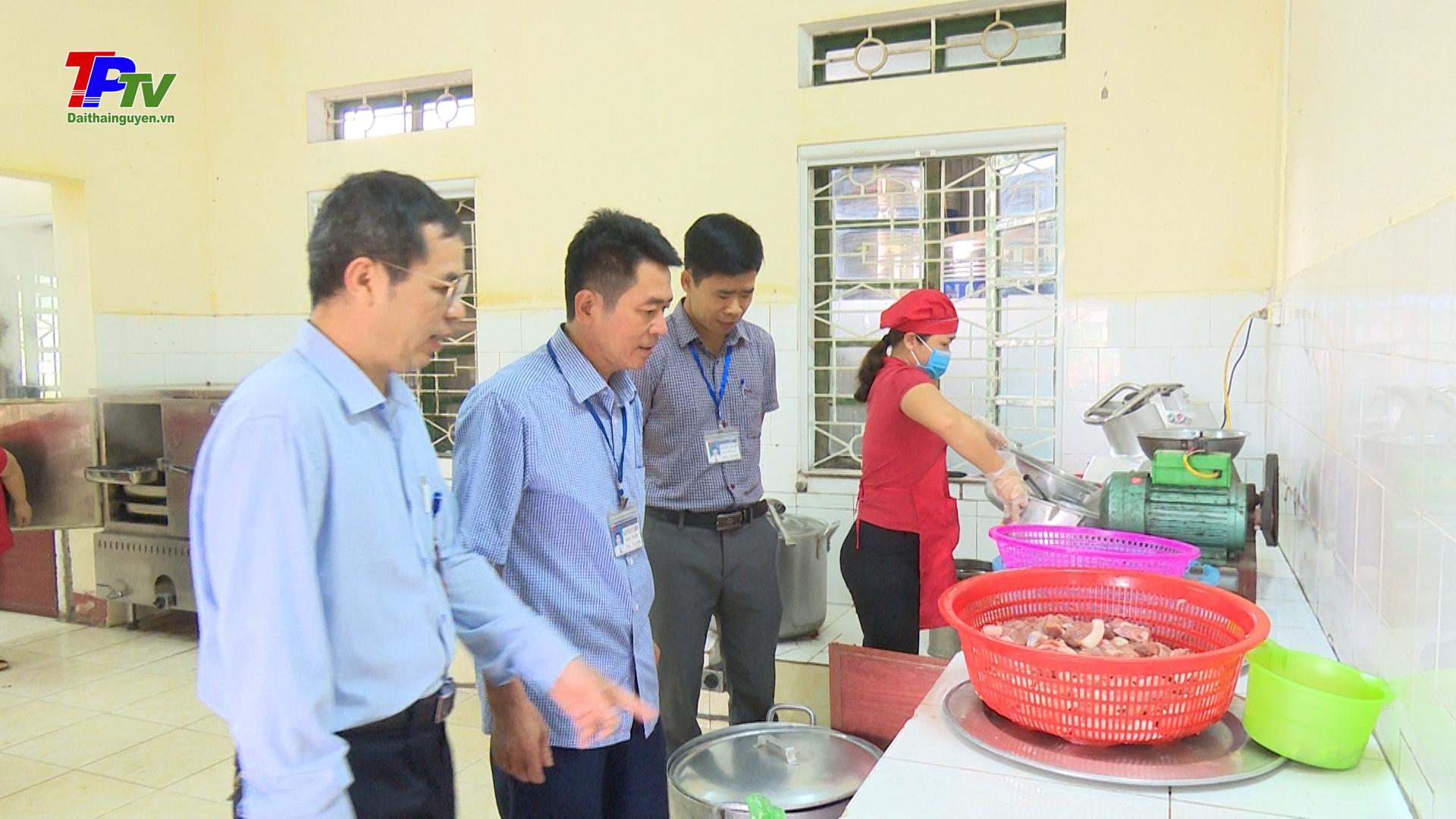 """Kiểm tra việc triển khai thực hiện """"Tháng hành động vì an toàn thực phẩm"""" năm 2021 tại xã Sơn Cẩm."""