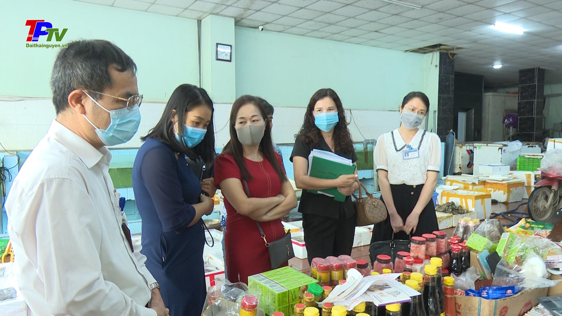 """Kiểm tra việc triển khai thực hiện """"Tháng hành động vì an toàn thực phẩm"""" tại phường Trưng Vương."""