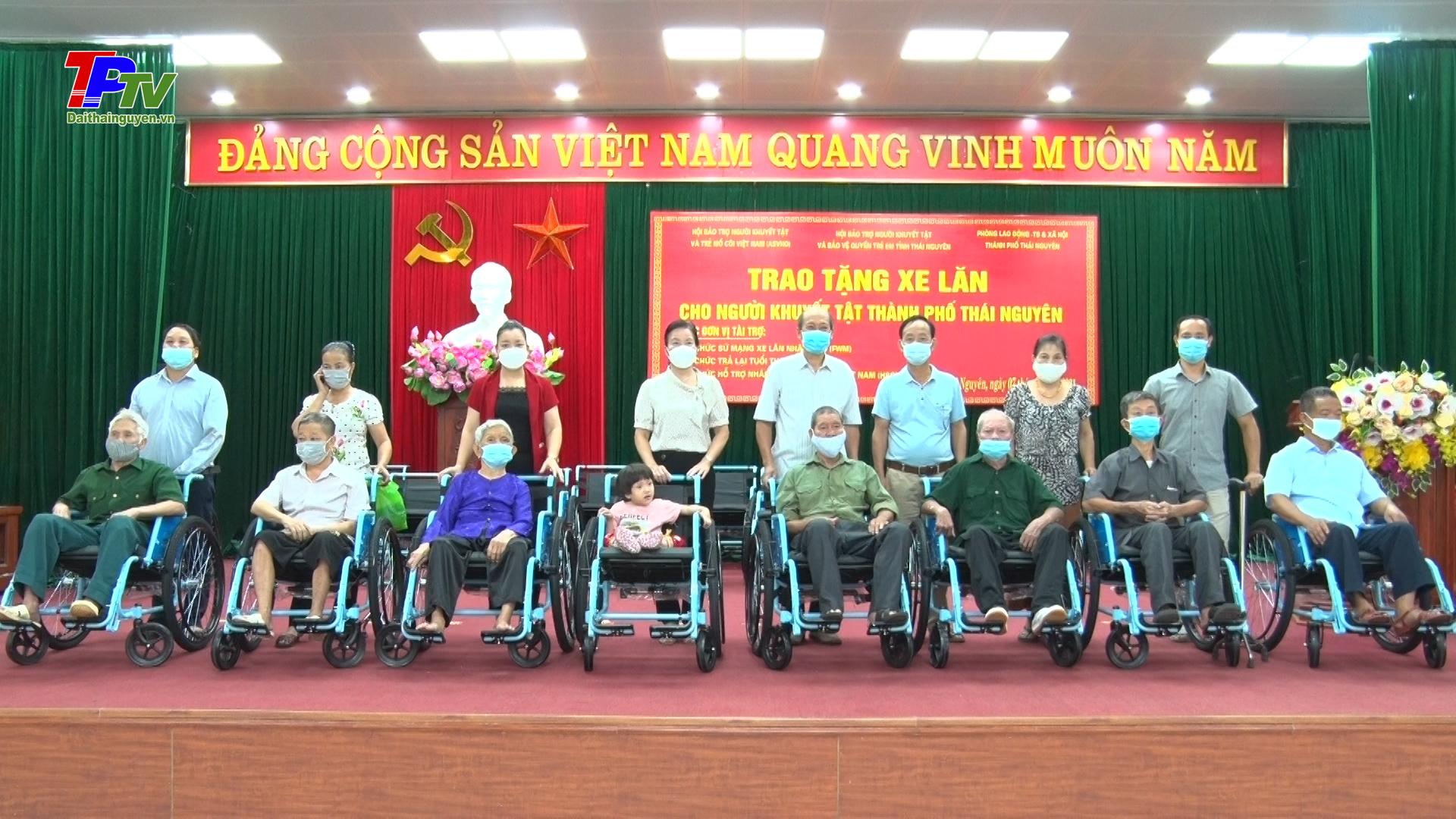 Trao tặng 20 xe lăn cho người khuyết tật hệ vận động ở thành phố Thái Nguyên.