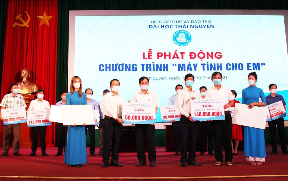 """Đại học Thái Nguyên ủng hộ trên 1 tỷ đồng cho chương trình """"Máy tính cho em"""""""